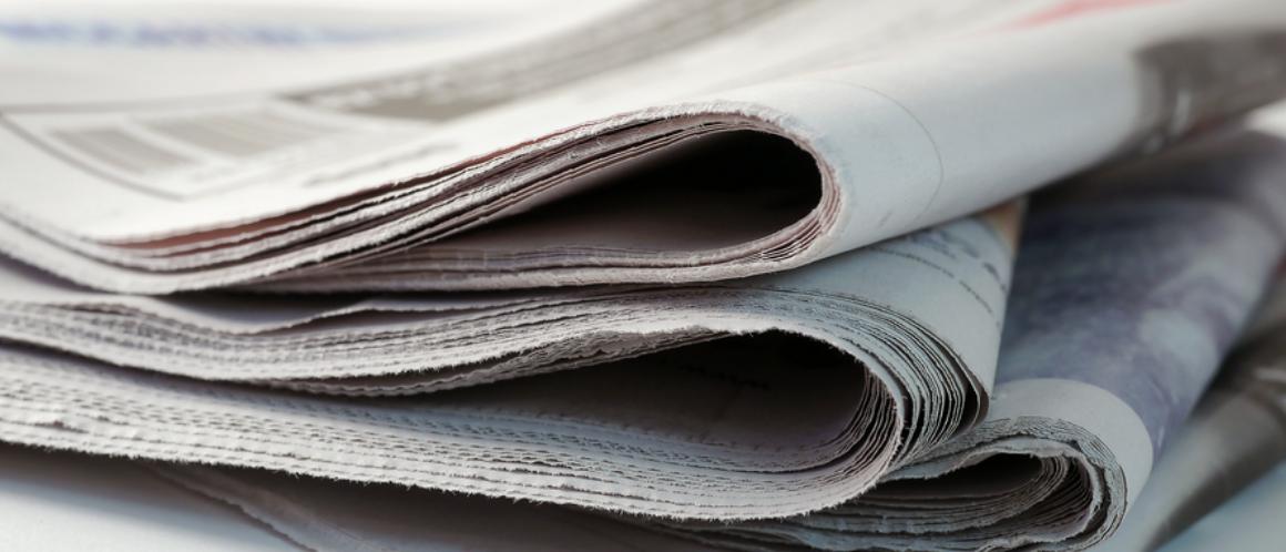 4 journaux sur une table